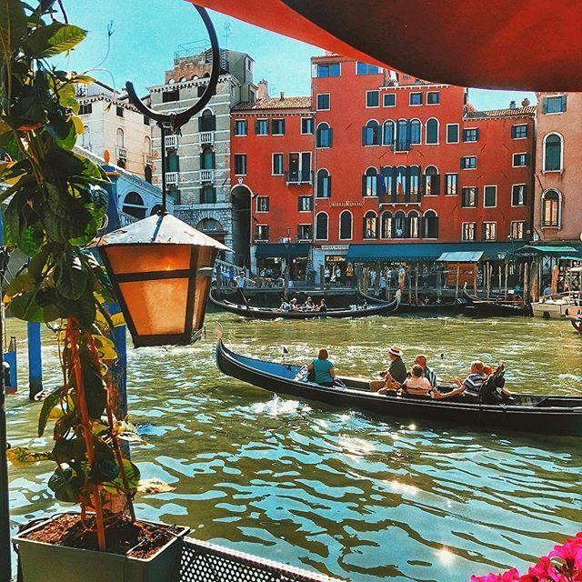 Venice, Italy #venice #italy    Милые каналы, романтичные гондолы, множество мостов, узкие улицы, Гранд канал, чайки, жара ☀️ и бесконечное очарование Италии  В Венецию я ещё обязательно вернусь! Хочу теперь увидеть эту даму под нежной вуалью туманов...