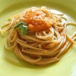 Pasta con condimento di pomodoro fresco