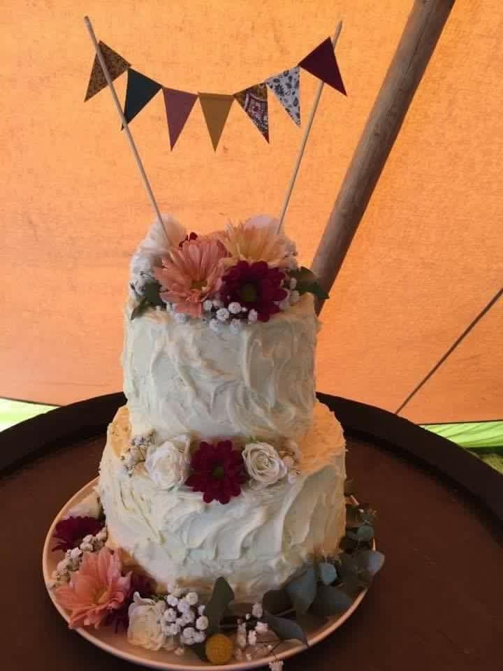 Wedding cake #flowers #bunting