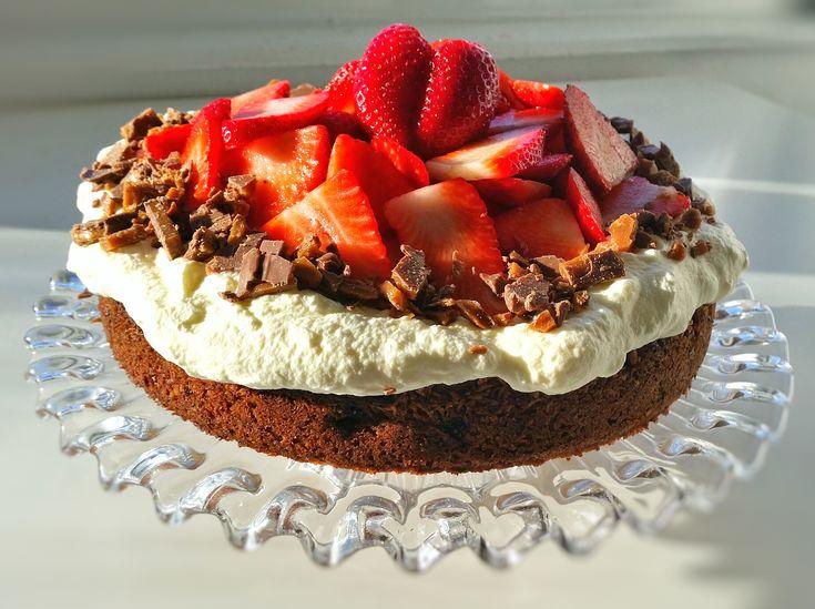 En helt vanlig sockerkaka som förvandlas till en lyxig tårta. Fylld med bär och toppad med grädde, jordgubbar och daim.