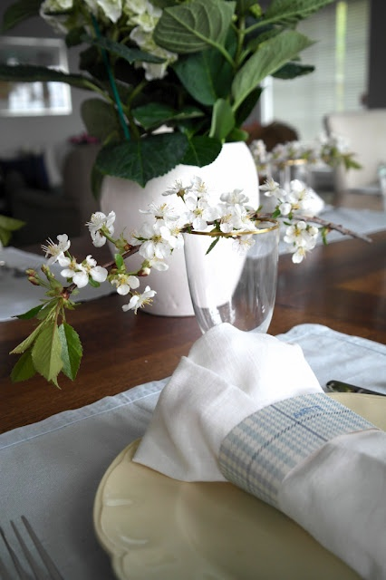 Table setting with spring flowers.: Table Settings, Spring Flowers, Charming Tablescapes