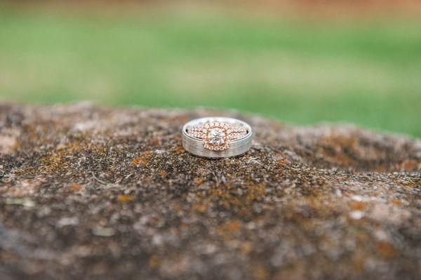 Bague de fiançailles 2017  Idée de l'anneau de fiançailles en or rose  anneau de fiançailles en diamant rond avec set de halo