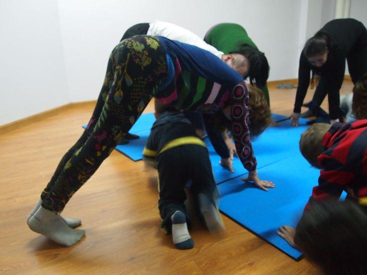Los más pequeñines tienen suerte de poder traspasar el túnel movedizo, en yoga en familia. #yogaparaniños #yogaenfamilia