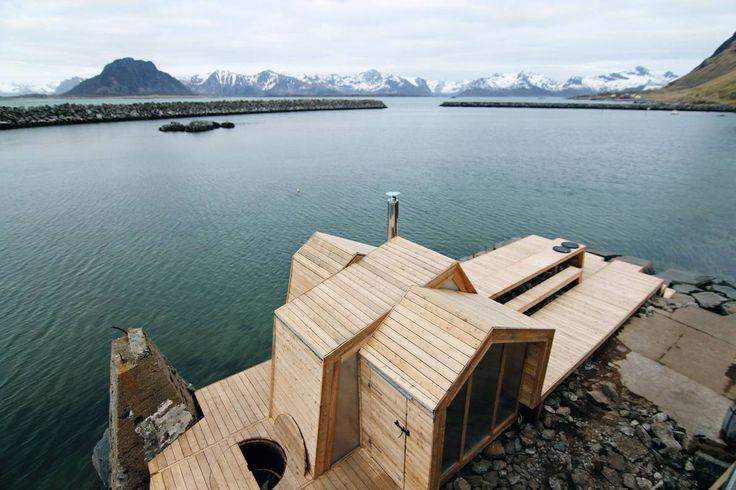 Speiler omgivelsene. The Bands består av en sauna, et omkledningsrom og en uteplass. Båndene av tre beveger seg uavhengig av hverandre og ender som saltak med ulike vinkler, for blant annet å speile fjelltoppene omkring. Foto: Maria Årthun
