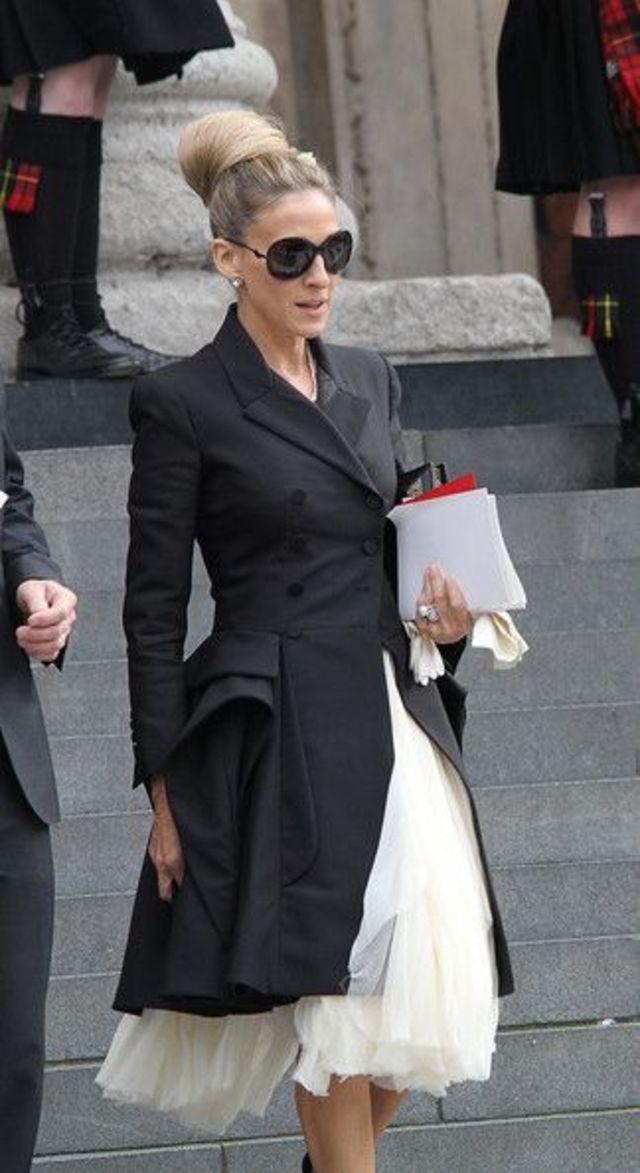 マニッシュなロングジャケットの下にレディな白のボリュームワンピースを合わせた甘辛スタイル。コンパクトにまとめたヘアスタイルがモード感を出しています。