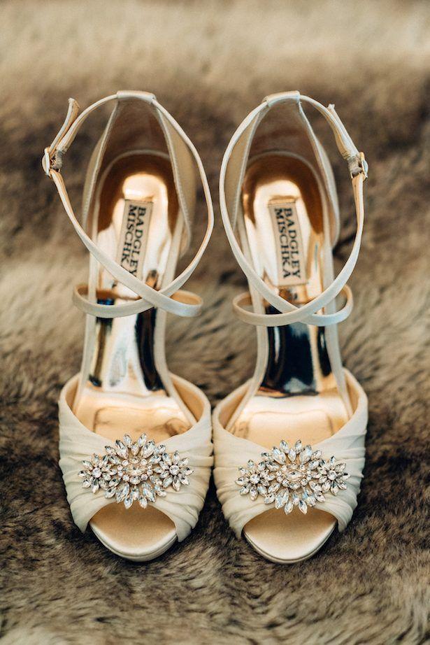 gold and greenery wedding in puerto rico | zapatos, sandalias y botas