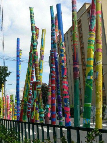 Juin 2010 : Projet Land Art à l'école maternelle Ernest Renan A à Villeurbanne. La classe de grande section de Anne à travaillé à partir de rouleaux en carton qu'ils ont décoré avant de les installer dans le jardin. De nombreuses mises en scène ont été...