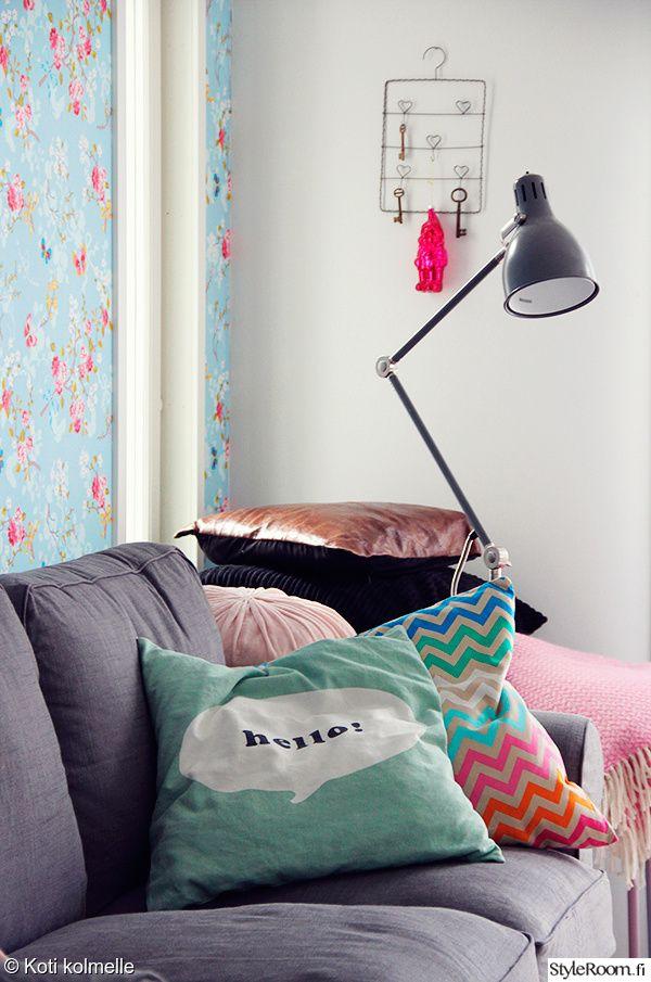Vaikka tyynyjen värimaailma on pastellinen, ei kokonaisuus jää liian hempeäksi.  #styleroom #inspiroivakoti #pastels #sisustustyyny #sohvatyynyt Täällä asuu: kotikolmelle