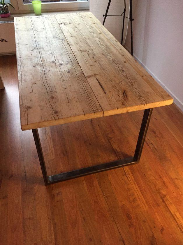 Verkauft wird ein Esstisch der extravaganten Art. Er besteht aus zwei Elementen: Einer massiven Holz Platte aus gebrauchten Gerüstdielen und einem Stahlgestell.  Die Holzdielen wurden...