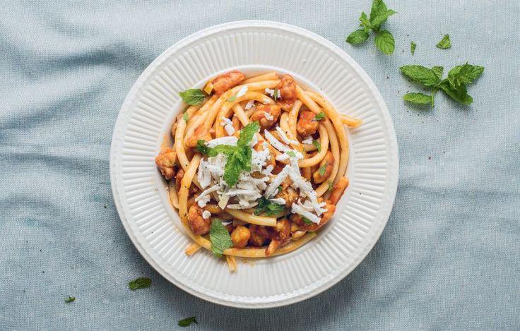 Ούζο, δυόσμο, σκόρδο, τζίντζερ, ντομάτες και κοτόπουλο. Με αυτά τα υλικά φτιάχνουμε τη σάλτσα που θα σερβίρουμε τη μακαρονάδα μας.