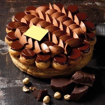 Pâte feuilletée, pâte à choux caramélisée, crème de mascarpone au chocolat, croustillant au chocolat noir.