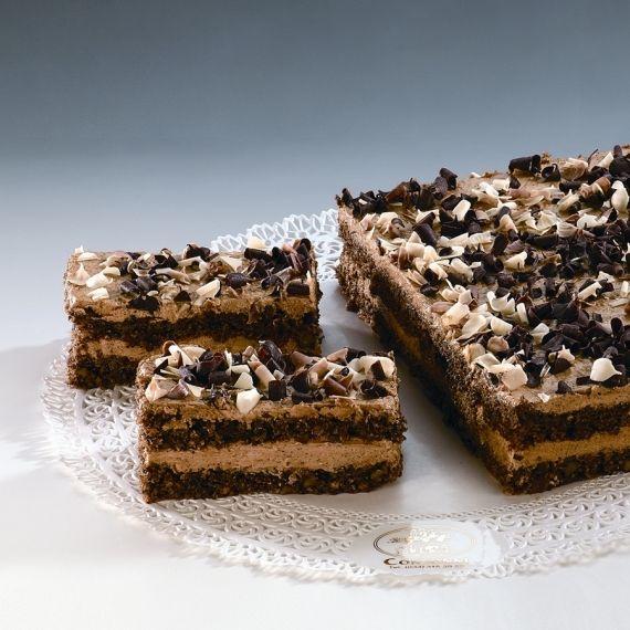 Orzechowo - kawowe Ciasto z orzechów włoskich, przełożone konfiturą z czarnej porzeczki i waniliowym kremem maślanym. Ułożony na wierzchu ciasta, posypany kawałkami białej czekolady, kawowy krem nadaje niepowtarzalny smak.