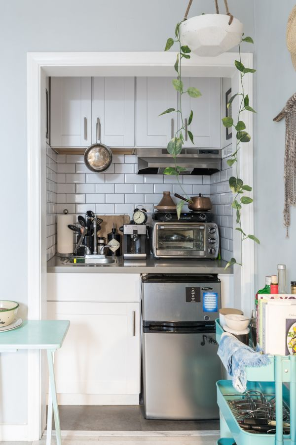 This Teeny 250 Square Foot L A Studio Feels So Much Larger Small Apartment Kitchen Small Apartment Kitchen Decor Kitchen Decor Apartment #studio #apartment #living #room