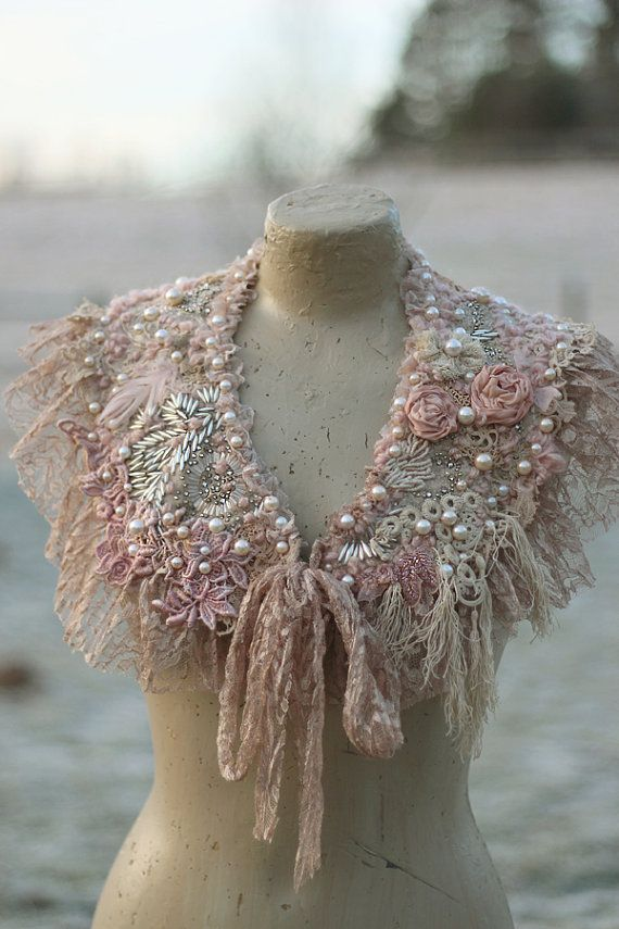 Inspirado en tonos rosa suave rubor, encajes antiguos recargados e invierno salida del sol... Collar de arte textil lujosa y única se hace de preciosos encajes antiguos, que datan el ganchillo irlandés de multa era victoriano, guipur, algodón red y vintage encaje alencon. Los cordones son de fieltro nuno y algunos apliques mano cosida como apliques de seda antiguo de 1920 vestido y pedazo crocheted de jabot seda con flecos de seda. El collar se acentúa con mano puntadas en lana de blush…