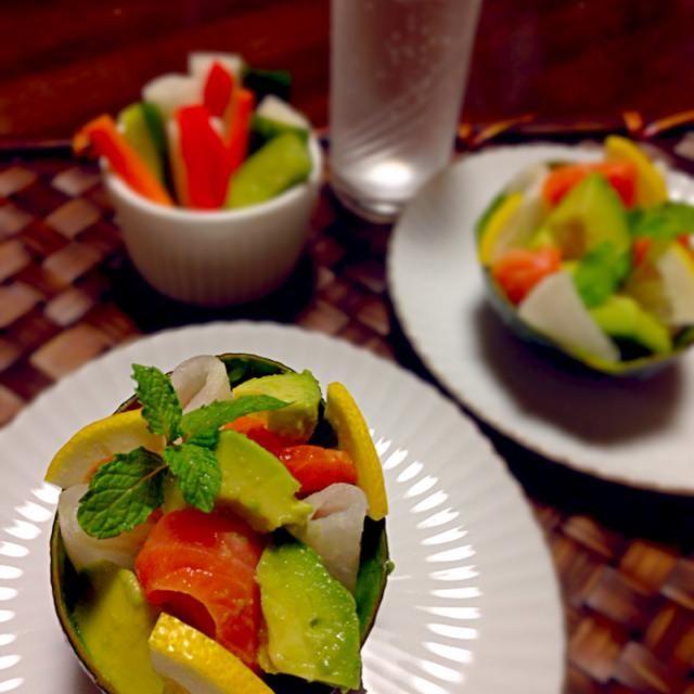 アボカドとサーモンと大根を、オリーブオイルに柚子胡椒を足して作った中で さっと和え、アボカドの皮の器に盛り付けいちょう切りにしたレモンを飾りました - 185件のもぐもぐ - アボカドとサーモンの前菜 ~柚子胡椒風味~ by m1721s