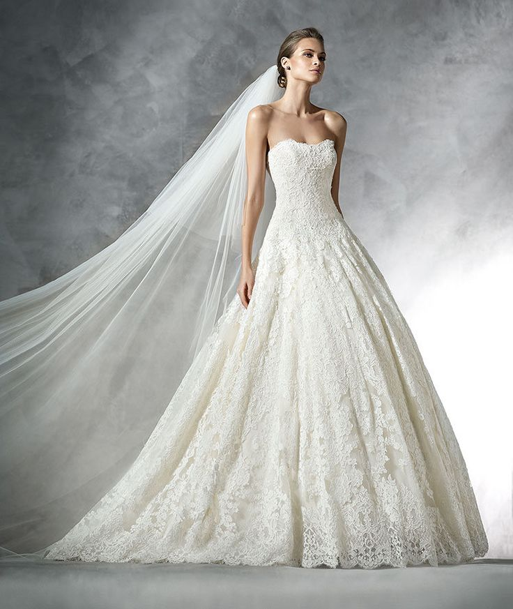 PRISCILIA- Tulle princess wedding dress with lace appliqués and thread embroidery. Strapless bodice and wide skirt.