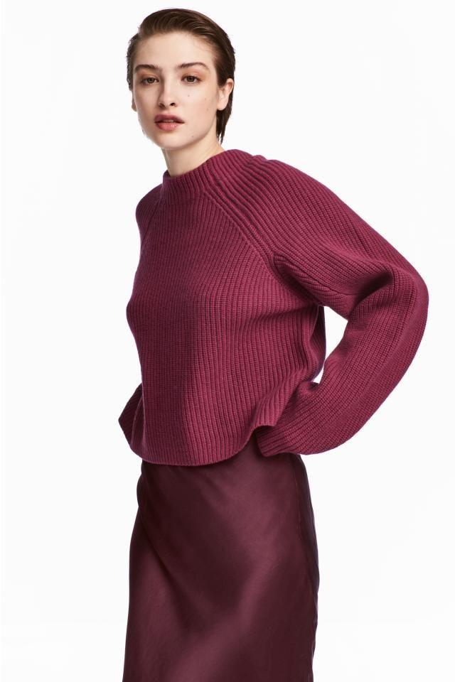 CALITATE PREMIUM. Pulover tricotat reiat din lână, cu croială dreaptă, cu mâneci raglan lungi.