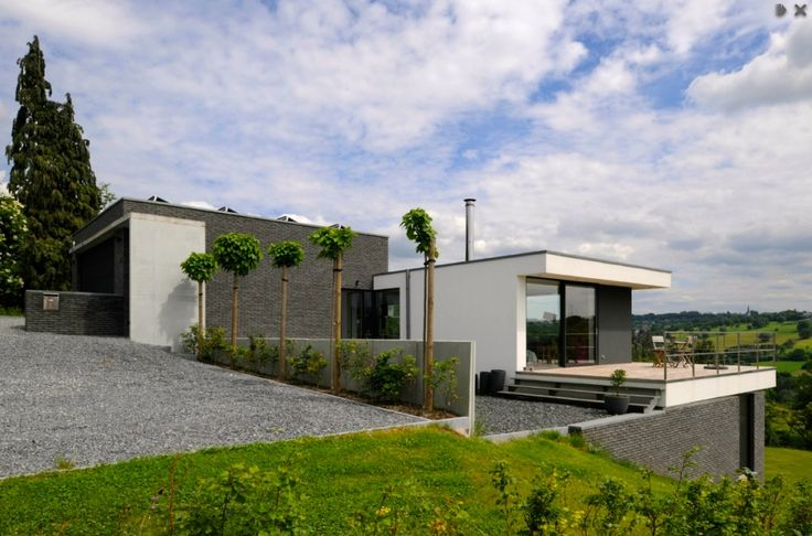 Deze woning is een ontwerp waarbij de heling van het terrein, het uitzicht over de vallei en de ligging van het perceel zelf centraal staan. (1)