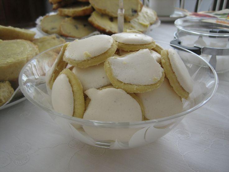 """Kagen hedder på tysk """"israeliten"""" og er almindelig i Slesvig. Portionen giver ca 100 kager. Dej: 250 g mel 150 g smør 2 æggeblommer evt. lidt revet citronskal Mel og smør hakkes sammen og æggeblommerne og citronskal røres i. Tilsættes evt. lidt yderligere æg eller fløde så dejen kan samles. Dejen hviler til næste dag. Dejen rulles …"""
