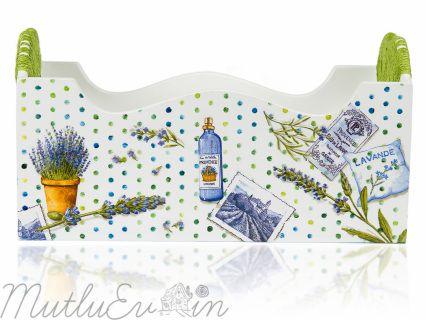 Dayanıklı ahşap malzemeden. Lavanta desenleriyle kaplı. Mutlu eviniz için hasır şeklinde sarılmış tutacaklarla süslenmiş özgün tasarımlı banyo sepeti. Doğal malzemelerden üretilmiş olup sağlığa zararlı madde içermez. En: 34,5 cm Boy: 18 cm Genişlik: 15 cm