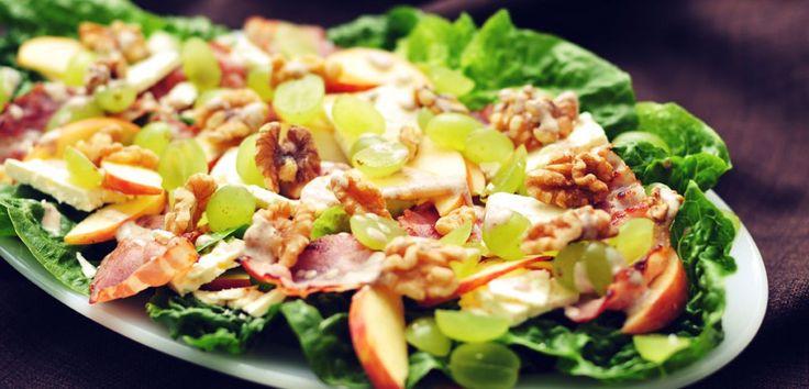 Een heerlijke en gezonde herfstsalade met druiven, walnoten, stevige appelpartjes, gebakken spek en een vleugje kaneel!