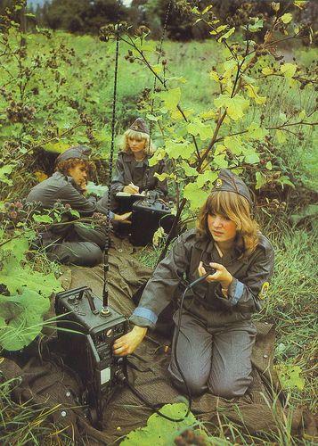"""DDR Mädels bei der """"Vormilitärischen Ausbildung"""" in der GST"""