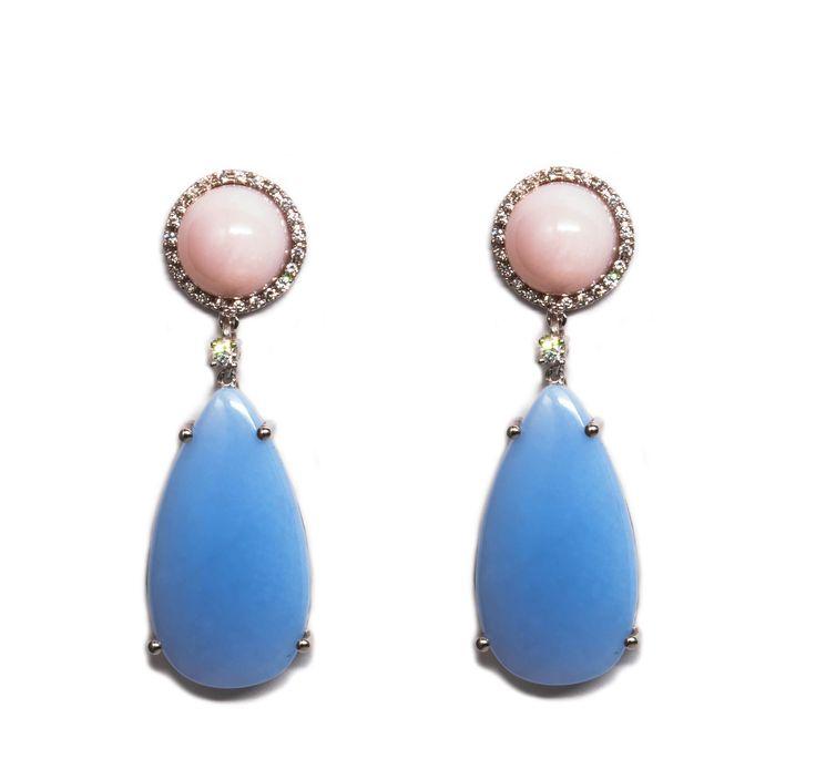 Pendientres colgantes de oro blanco y diamantes talla brillante con opalo rosa y calcedonia azul. Con la posibilidad de poner y quitar la pieza colgante.