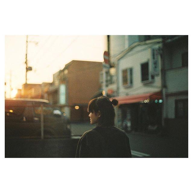 . . 夕暮れ、帰り道 . #フィルム#rolleicn200  #フィルム写真#フィルムカメラ#写真#写真部#ポートレート#hibiプリ  #film#filmphotography#analogphotography#35mm#35mmfilm#35mmfilmphoto#35mmfilmcamera#photo#portrait#nikon#nikonf3#reco_ig#as_archive#indies_gram#indy_photolife#pics_jp#good_portraits_world#instagramjapan#igersjp#team_jp_西#team_jp_#igersjp .