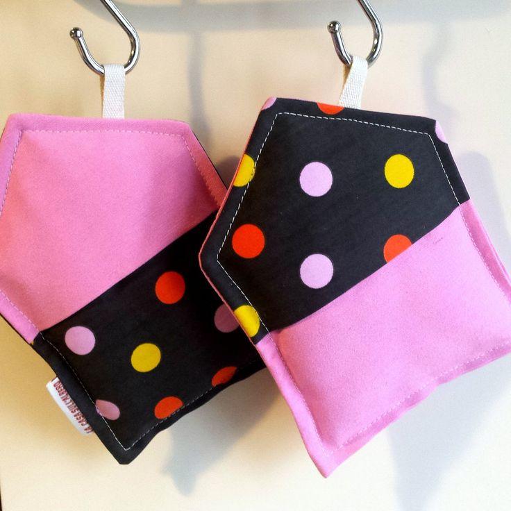 """Coppia di presine """"Sweet Home"""" in tessuto a pois, colore rosa con tasca per una presa sicura e protetta. Fatto a mano. di LaCasaSullAlberoLab su Etsy"""