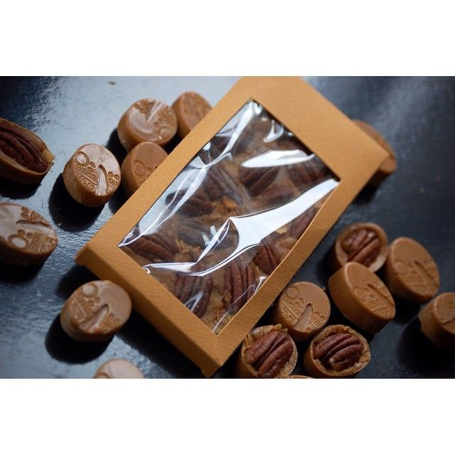 Caramelized chocolate with pecan and pailette feuillentine Моя любовь!  И все-таки надо заказать новый пирометр 🙈 доверяй, как говорится, но проверяй)) #umnicca_homepastry  #umnicca_шоколад