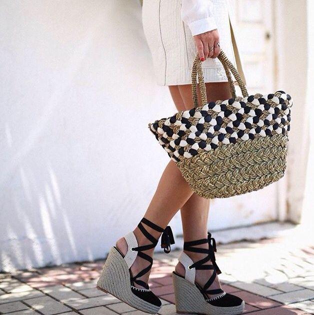 Beautifull how to wear picture, with the Abbacino beach bag. #DoubleCheck #Abbacino #Beach #Bag #Fashion #White #And #Dark #Blue