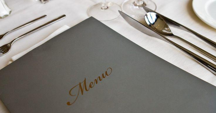 Cómo hacer un menú de restaurante en Word. Un buen diseño del menú de un restaurante es importante para atraer a los clientes y para comunicar toda la información que ellos necesitan saber, incluyendo los elementos del menú, las descripciones y los precios. Crear un menú de cero puede ser difícil, pero Microsoft Word ofrece una variedad de plantillas con las que puedes comenzar. Una vez ...