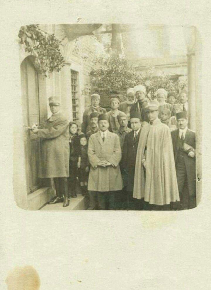 İstanbul'un işgalinde Fransızlar camiye kilit vururken çekilmiş fotoğraf.