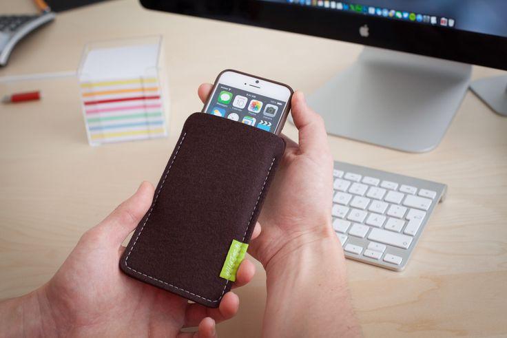 Apple iPhone 7 & 7 Plus Sleeve speziell gefertigt für das Apple Leder Case. Hergestellt in Deutschland aus 100% echtem Woll-Filz! Erhältlich in 17 außergewöhnlichen Farben im Shop und auf Amazon. #apple #iphone7 #iphone7plus #iphone #smartphone #merino #filz #hülle #tasche #filzhülle #filztasche #handmade #germany
