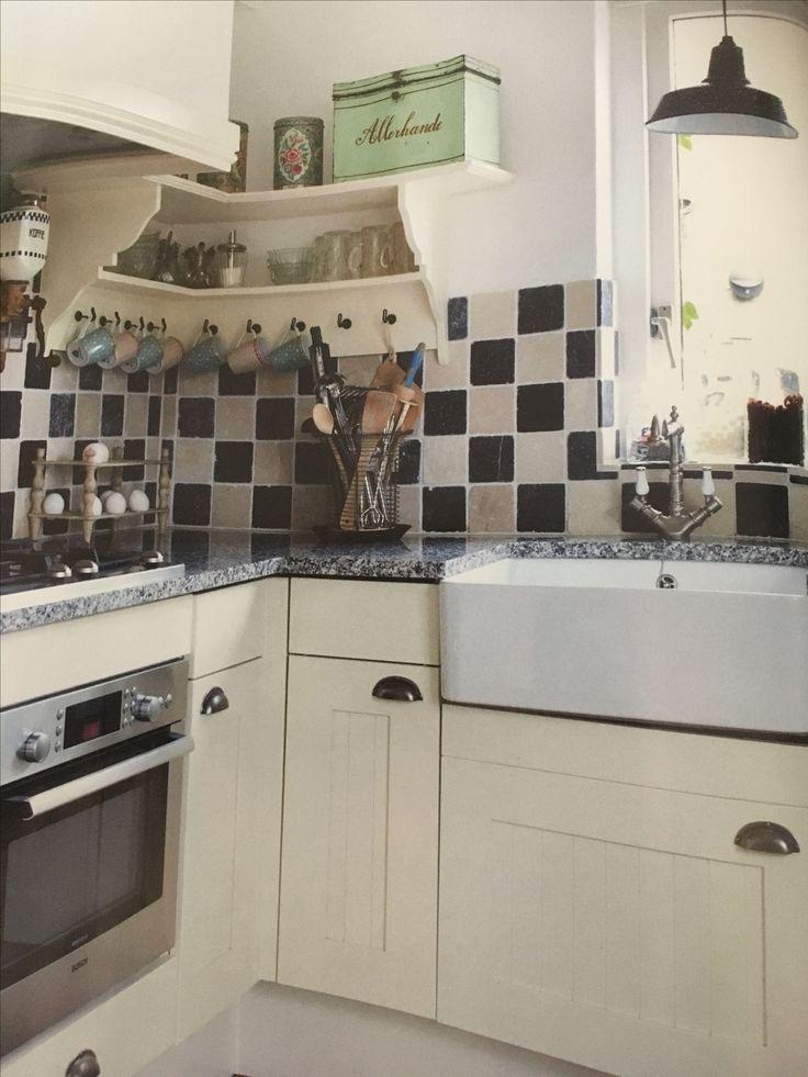 Witte keuken met oude marmeren tegeltjes in blauw /wit