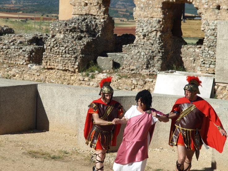 los dos soldados intentan sujetar a Repollus...