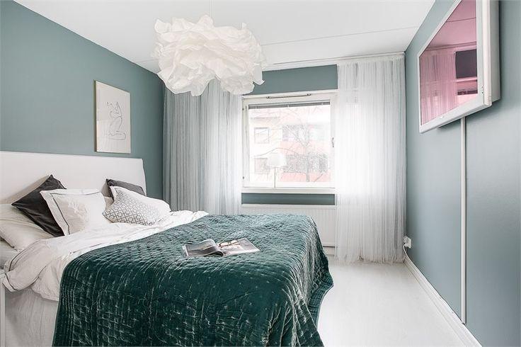 Välkommen till en lägenhet med det där lilla extra! Denna tvåa med hiss från markplan ligger på andra våningen mitt på Liljeholmen, ett stenkast från Vätterstranden! Lägenheten erbjuder allt man kan önska; ett snyggt och praktiskt kök, nyrenoverat badrum, två ordentliga rum med generöst ljusinsläpp samt en inglasad balkong i ett perfekt läge...