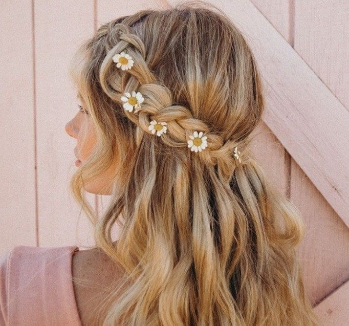 #Blonde #Braid #Daisy #flowers # Coiffures #HalfDown ,  #blonde