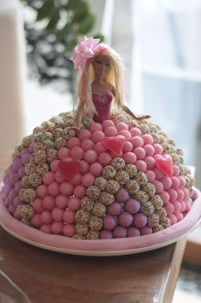 la plus belles des barbies sur un gâteau de bonbons