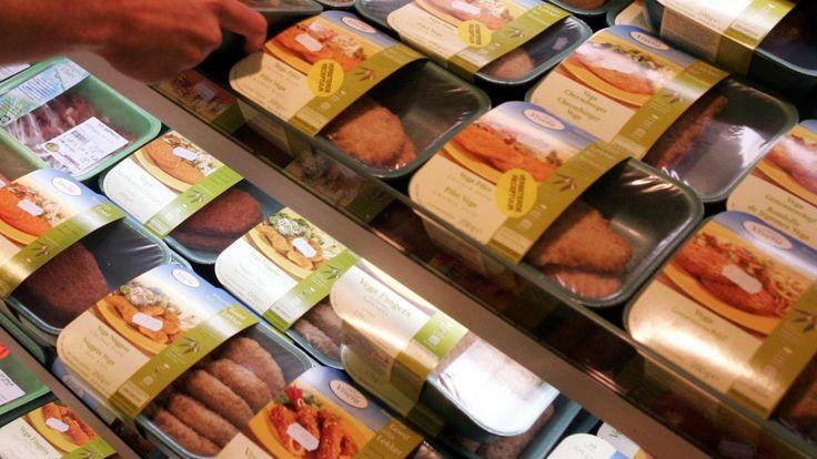 Vegetarische producten die als vleesvariant worden aangeprezen zouden geen vleesnamen zoals worst of schnitzel mogen hebben. Dat vindt de VVD, blijkt uit Kamervragen die de partij dinsdag stelt aan de ministeries van Volksgezondheid en Economische Zaken.