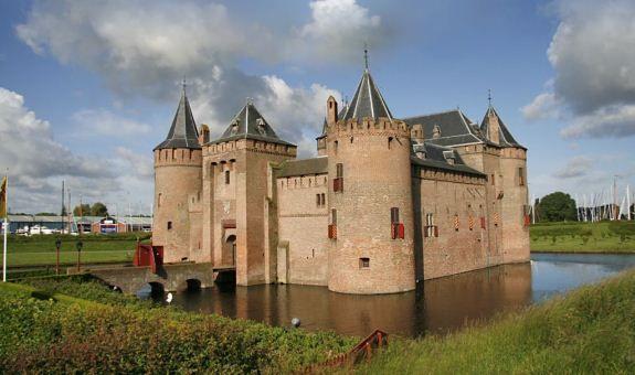 Dit is het Muiderslot. Het is gebouwd tussen in 1285 in opdracht van heer Floris V. Meubels. Het kasteel staat in Muiden