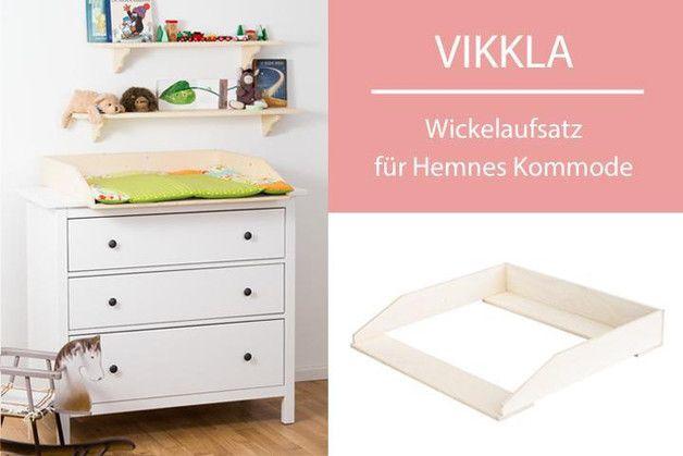 Mit dem Wickelaufsatz VIKKLA machst du aus deiner Hemnes Kommode von Ikea im Handumdrehen eine vollwertige und preiswerte Wickelkommode.   Der Wickeltischaufsatz lässt sich leicht montieren und...
