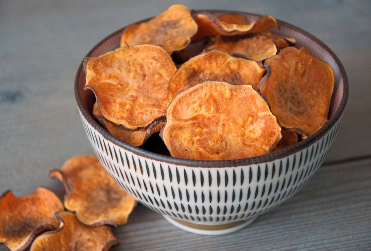 De courgette chips is erg populair gebleken. We vinden snacken dus lekker en zoeken daar graag wat gezonde variaties in. Daarom gaan we nog even door met gezond snacken. Met vrijwel dezelfde bereiding, maar met een kortere tijd in de oven, is deze zoete aardappelchips een snack bij uitstek! Bovendien verzadigt deze chips snel, dus een klein bakje is al genoeg. Lekker en verantwoord. http://www.gezondhappy.nl/gezonde-recepten/tussendoortjes/zoete-aardappelchips