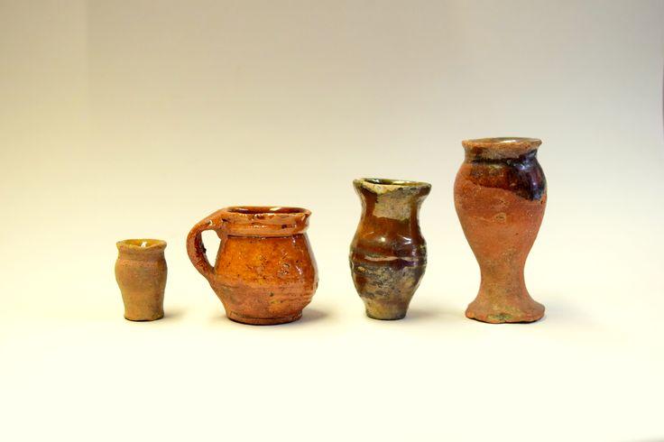 Po okresie średniowiecza nastąpiło znaczne urozmaicenie, wytwarzanych masowo, wyrobów ceramicznych. Zaczęły się np. pojawiać miniaturowe naczynka, służące jako pojemniki na kosmetyki lub lekarstwa – jak te, widoczne na zdjęciu. Niektóre służyły jako zabawki, jak chociażby miniaturowy garnuszek z lewej strony, osiągający zaledwie dwa i pół centymetra wysokości!
