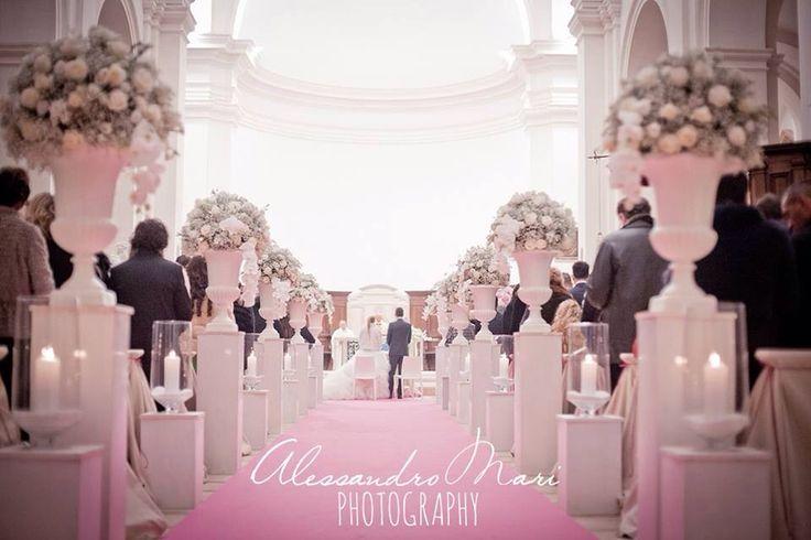 Fabiana e Michele hanno coronato il loro sogno d amore a capodanno . Un ingresso principesco per la sposa, bellissima nel suo abito bianco decorato da piume.