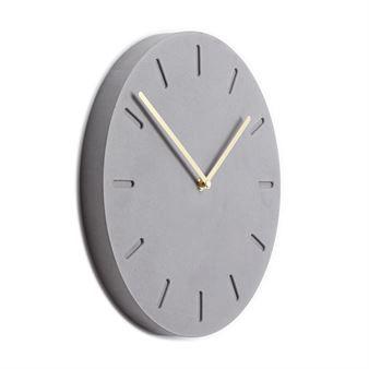 Piffa upp väggen med Watch:Out väggklocka betong från Applicata. Watch:Out är designad av Anne Boysen och har ett minimalistiskt utseende i betong som är ett levande material med en rå känsla. Klockan hjälper dig att hålla koll på tiden och är samtidigt en fin inredningsdetalj!