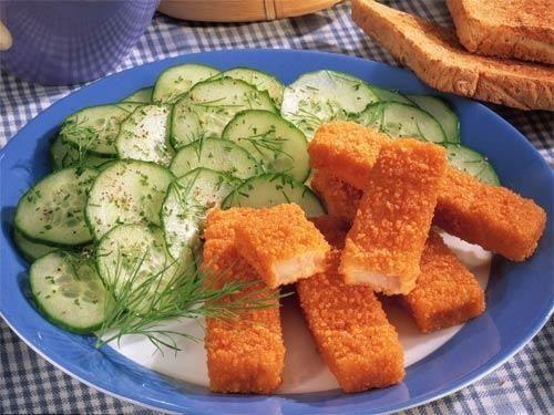 Рыбные палочки с салатом из огурцов и укропа фото