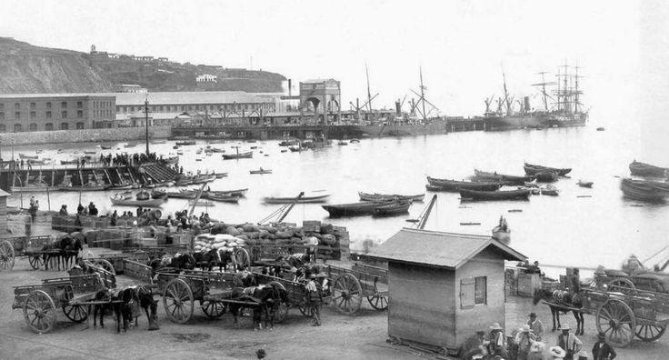 Puerto de Valparaíso en el año 1890. Este fue el primer muelle con que se contó en Chile y el único muelle construido durante La Colonia.