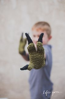 Crochet dinosaur gloves - pattern