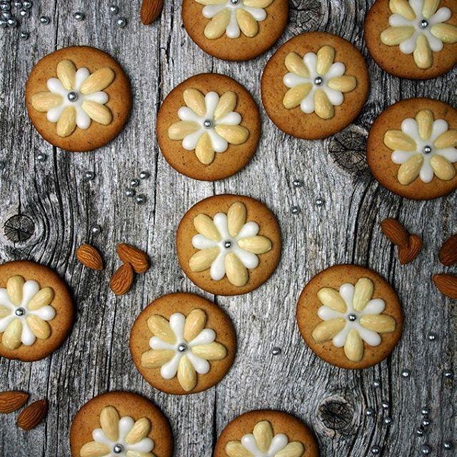 Push almonds into the gingerbread before baking. Decorate with icing | Press skåldede mandler ned i pepperkakene før du steker dem. Pynt med melisglasur. #bake #matbloggsentralen #gflovesgingerbread @bbcgoodfood #godtno #matprat #brodogkorn #pepperkaker #gingerbread #jul #christmas #julebakst #feedfeed @thefeedfeed #kkspis